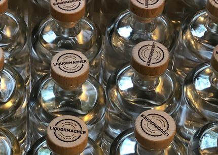 Mehrere Glasflaschen Liquormacher Gin bei Herstellung und Verpackung